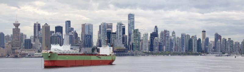 De Vancouver horizonte A.C. a lo largo de False Creek imagen de archivo