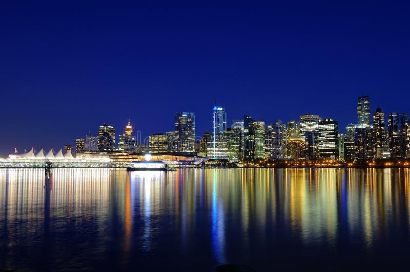 De Vancouver réflexion d'horizon de ville de Canada AVANT JÉSUS CHRIST à l'heure bleue photo stock