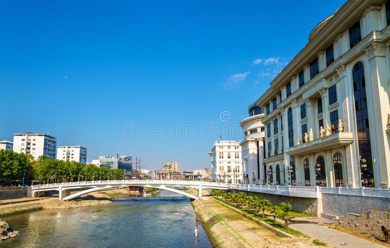 De Vardar-rivier dichtbij Ministerie van Buitenlandse zaken stock fotografie