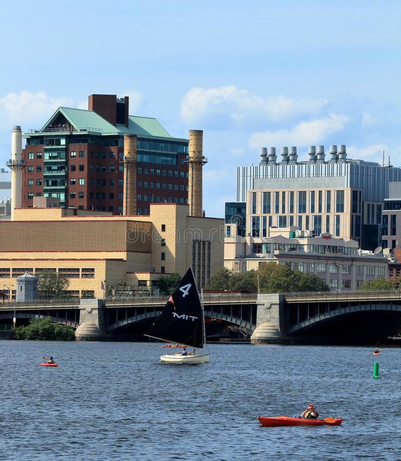 De Varende boot van MIT op Charles River in Boston, Massachusetts met Longfellow-Brug en de Horizon van Boston op achtergrond royalty-vrije stock foto's