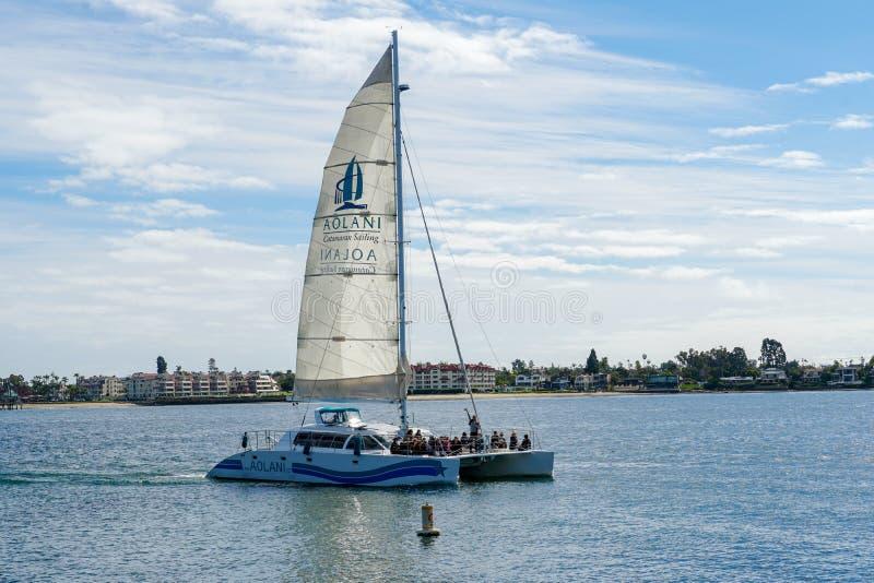 De varende boot van de toeristencatamaran in de Opdrachtbaai van San Diego, Californië, de V.S. stock afbeelding