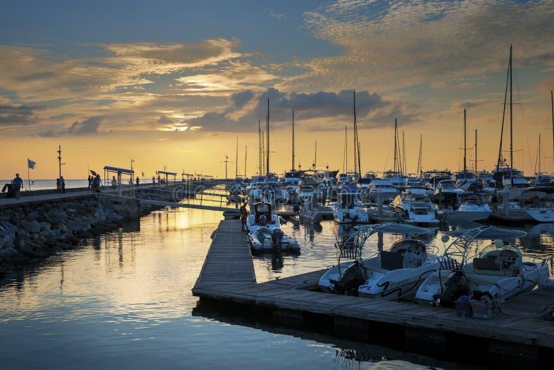 De varende jachten van het luxeschip in de rij tijdens zonsondergang stock afbeelding