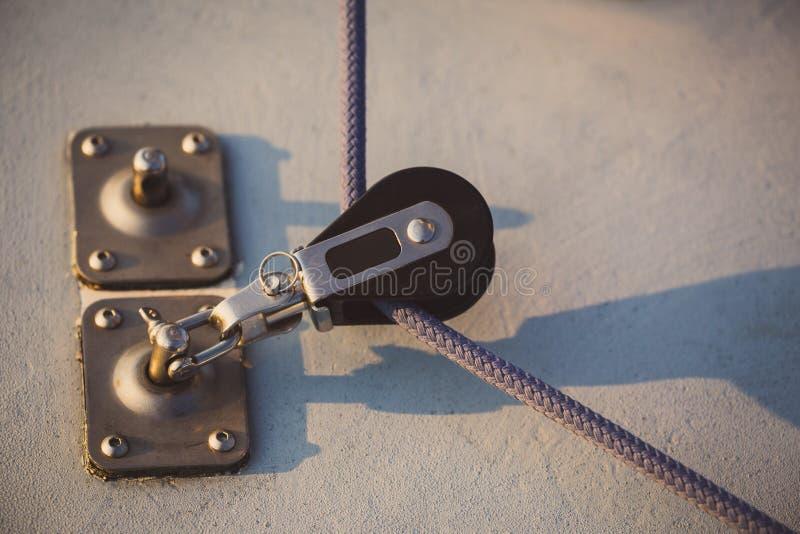 De varende kabel die door klein blok wordt gesleept stock foto