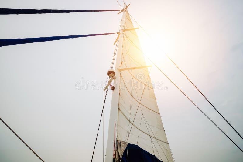 De varende mast van de jachtboot van onderaan met zonlicht van hemel royalty-vrije stock afbeeldingen
