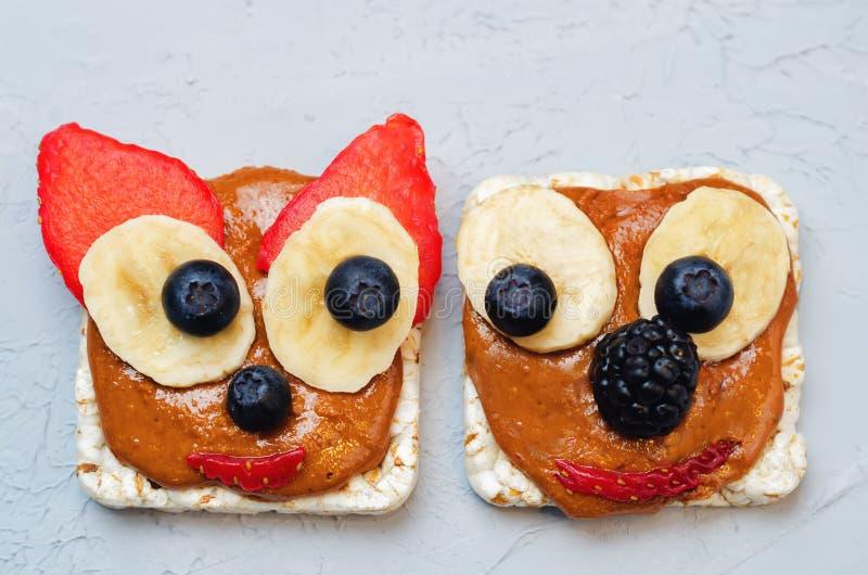 De variatie van gezonde het graanbroden van het pindakaasontbijt met is stock afbeelding