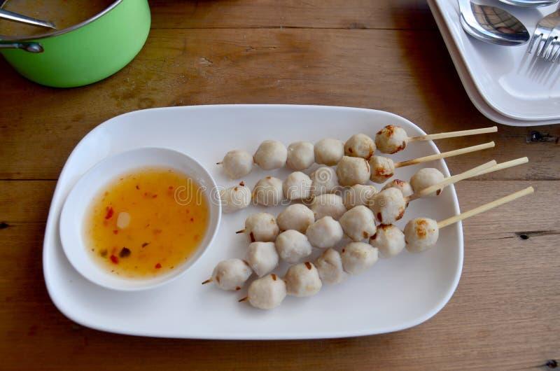 De varkensvleesvleesballetjes roosterden Thaise stijl dienen met zoete saus royalty-vrije stock afbeelding