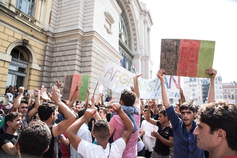 De vastgelopen Vluchtelingen protesteren voor het Keleti-Station D stock afbeelding