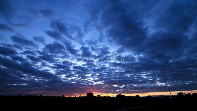 De vastgestelde scène van de schemering cloudscape zon stock foto