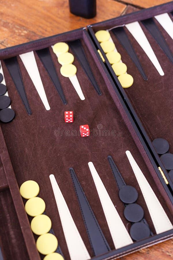 De vastgestelde stukken en dobbelen voor het spel van backgammon stock foto's
