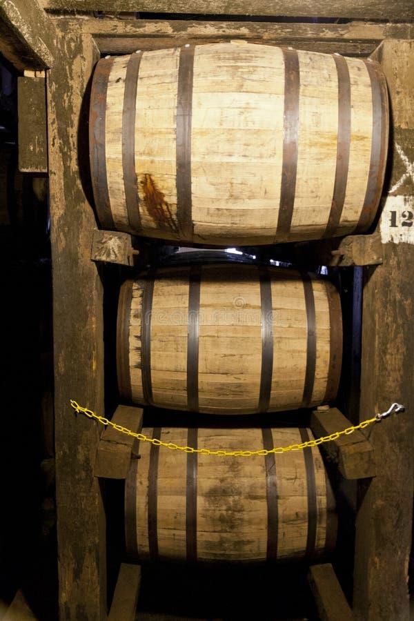 De vaten die van de bourbon in een distilleerderijpakhuis verouderen royalty-vrije stock foto