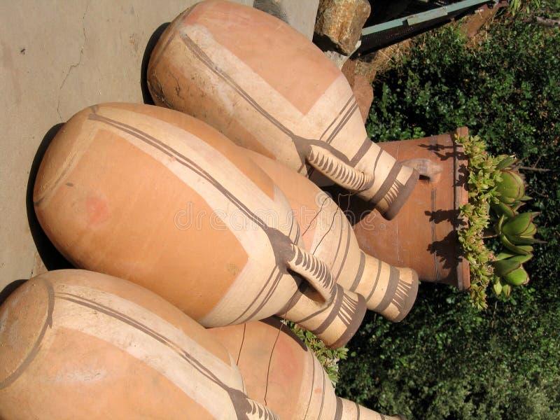 De vazen van de klei (amphors) stock afbeelding
