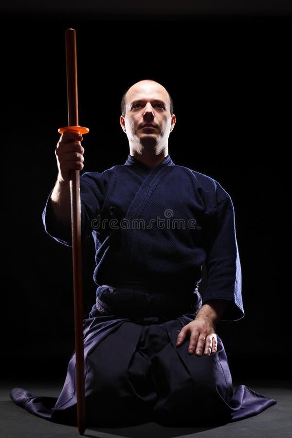 De vechter van Kendo met Bokken stock afbeeldingen