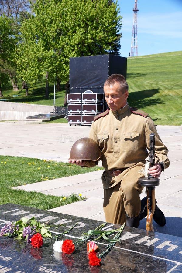 De vechter van Rood Leger boog een knie bij een historisch monument in memorandum royalty-vrije stock afbeelding