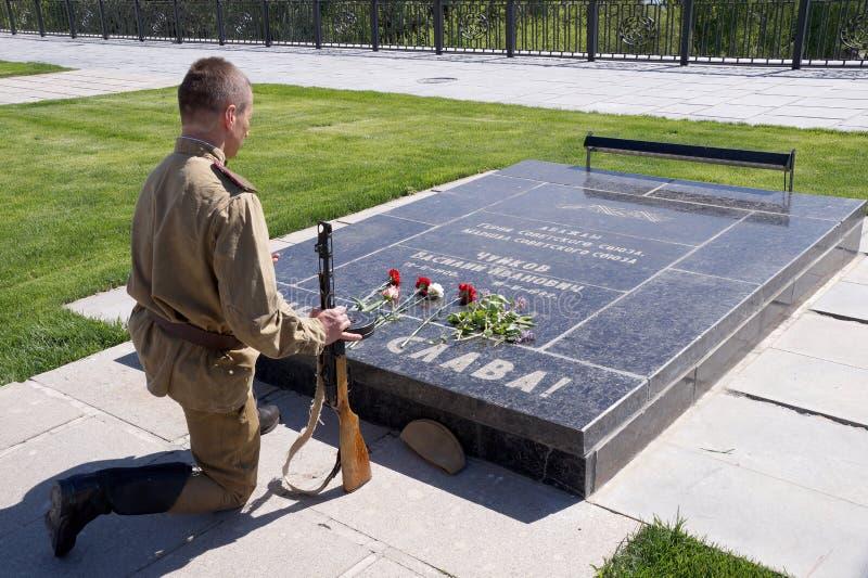 De vechter van Rood Leger boog een knie bij een historisch monument in memorandum royalty-vrije stock foto's