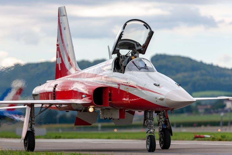 De de vechtersvliegtuigen van Northrop F-5E van de Zwitserse Luchtmachtvorming tonen team Patrouille Suisse stock afbeeldingen