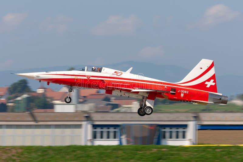 De de vechtersvliegtuigen van Northrop F-5E van de Zwitserse Luchtmachtvorming tonen team Patrouille Suisse stock afbeelding