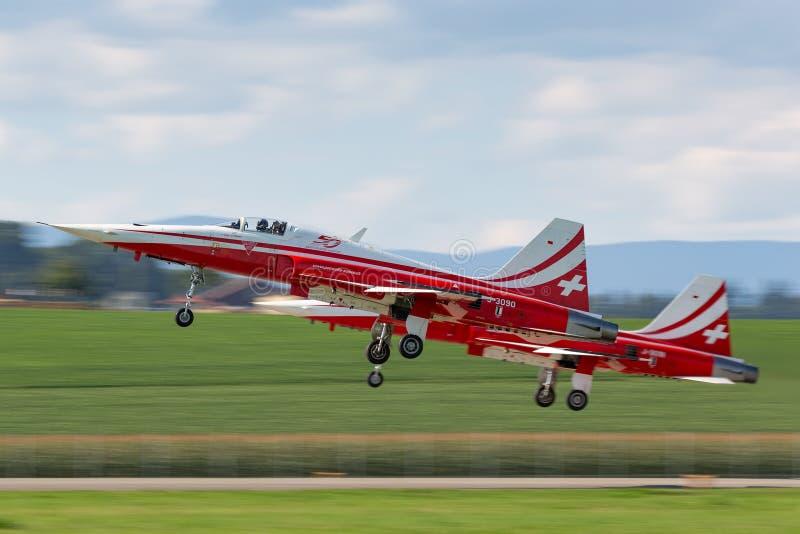 De de vechtersvliegtuigen van Northrop F-5E van de Zwitserse Luchtmachtvorming tonen team Patrouille Suisse royalty-vrije stock fotografie