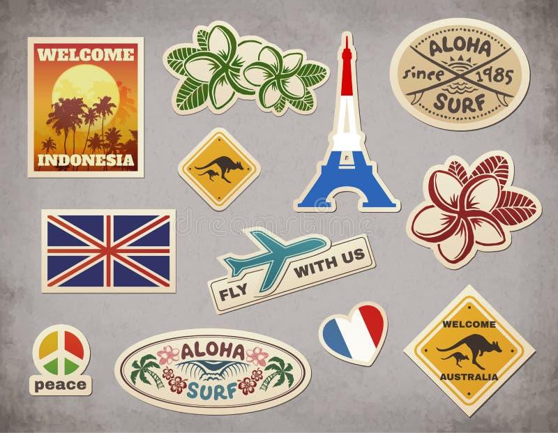 De vector retro stickers van de reisbagage die op grungeachtergrond worden geplaatst vector illustratie