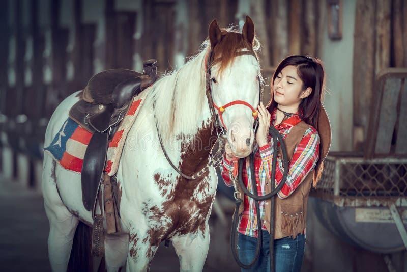 De veedrijfsters die bij een paard werken bewerken, Sakonnakhon, Thailand royalty-vrije stock afbeeldingen