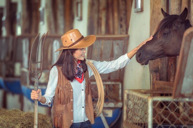 De veedrijfsters die bij een paard werken bewerken, Sakonnakhon, Thailand stock fotografie