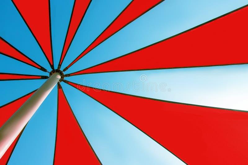 De veelkleurige binnenkant van de zonparaplu Close-up Abstracte de zomerachtergrond stock afbeelding