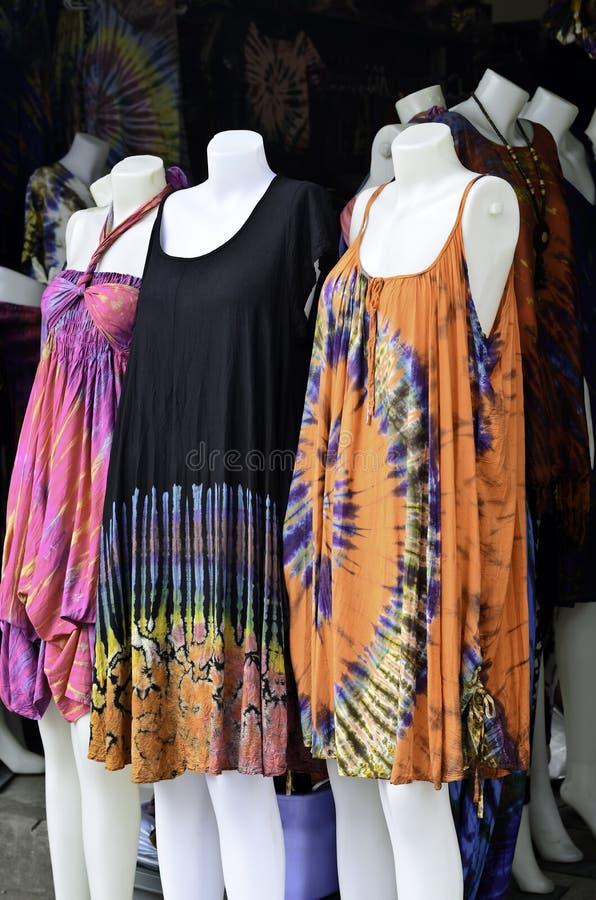 De veelkleurige kleding van de bandkleurstof bij weekendmarkt stock afbeelding