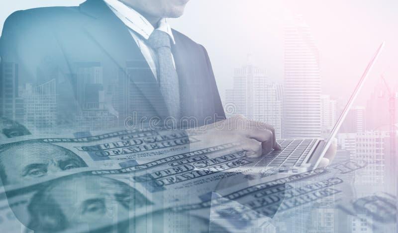 De veelvoudige blootstelling van de bedrijfsmens werkt met laptop in het gebouw van het stadsbureau en de Amerikaanse dollar royalty-vrije stock afbeeldingen