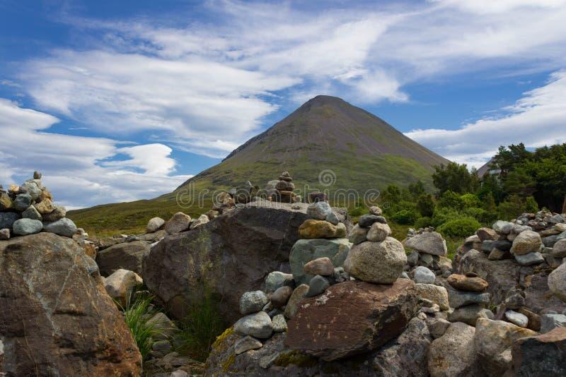 De veelvoudige die Steenhopen van de Topteller bij Tir Nan Iolaire worden geplaatst royalty-vrije stock afbeelding