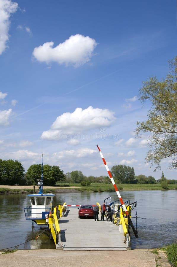 De veerboot Bronckhorster is klaar voor de rivier overgang stock fotografie