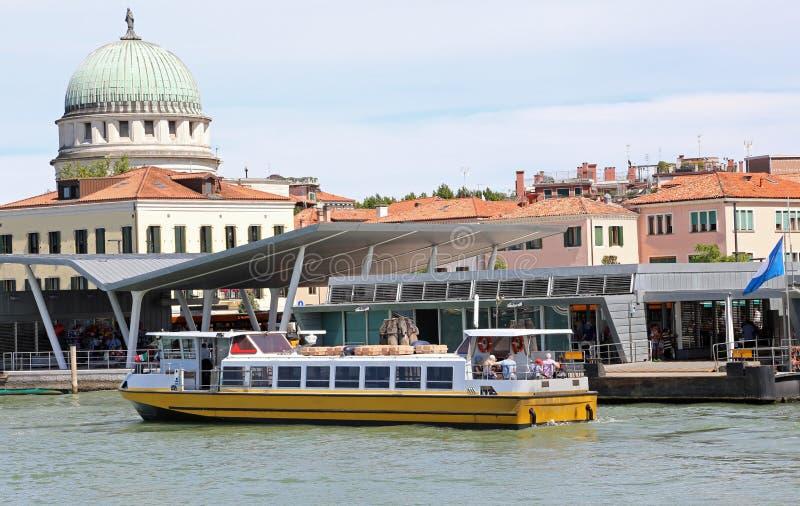 De veerboot navigeert snel op de Venetiaanse lagune dichtbij LIDO DI V royalty-vrije stock foto's