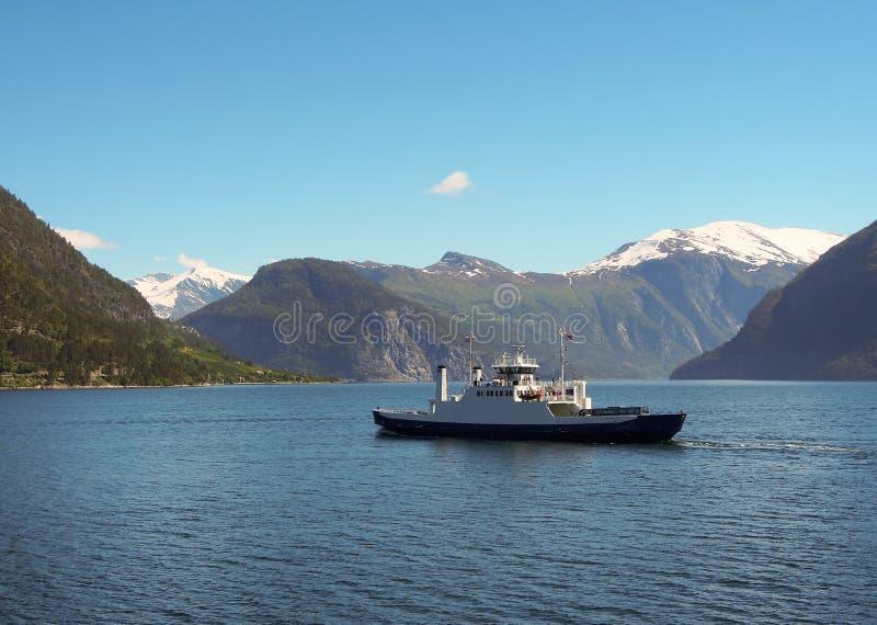 De veerboot vaart over fjord Bergachtergrond stock foto's