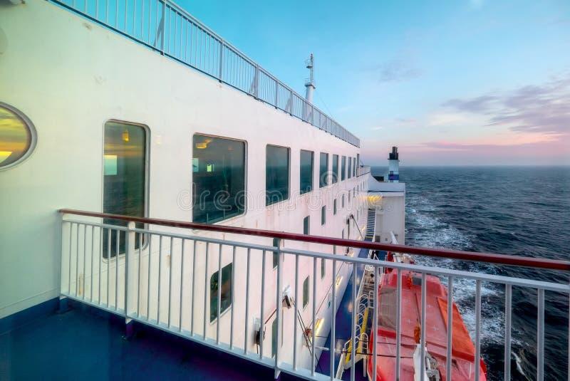 De veerboot van de ladingspassagier bij zonsondergang stock foto's