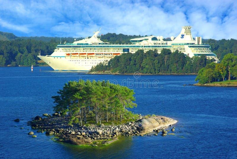 De Veerboot van Finland dichtbij door kust van eilanden Aland royalty-vrije stock afbeelding