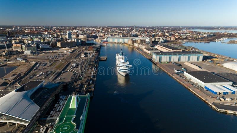 De veerboot van de passagierscruise vertrekt van haven van de stad van Helsinki royalty-vrije stock fotografie