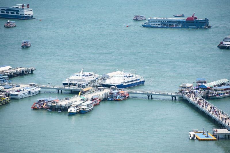 De veerboothaven voor menseningezetenen het de toeristenoverzees en oceaan reist - Haven van het watertaxi van het Veerboot Eindv stock fotografie