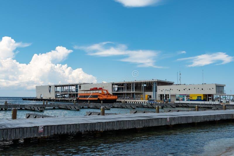 De veerbootpijler van Cozumel, aan Playa del Carmen stock foto