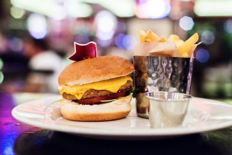 De veganist schiet hamburger in een restaurant als paddestoelen uit de grond stock foto's