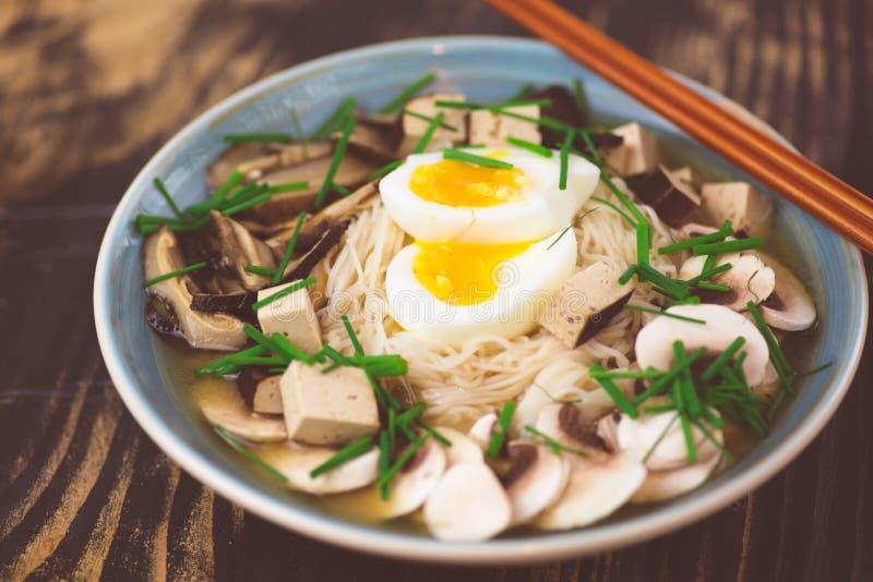 De vegetariër ramen met miso, tofu en paddestoelen royalty-vrije stock foto