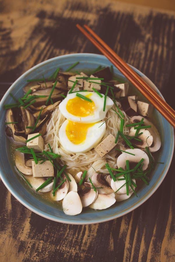 De vegetariër ramen met miso, tofu en paddestoelen royalty-vrije stock fotografie