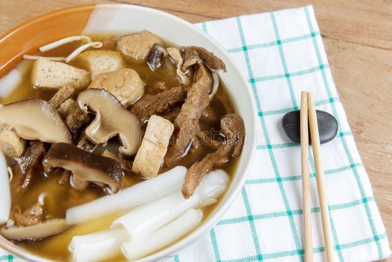 De vegetarische Chinese soep van de broodjesnoedel stock foto