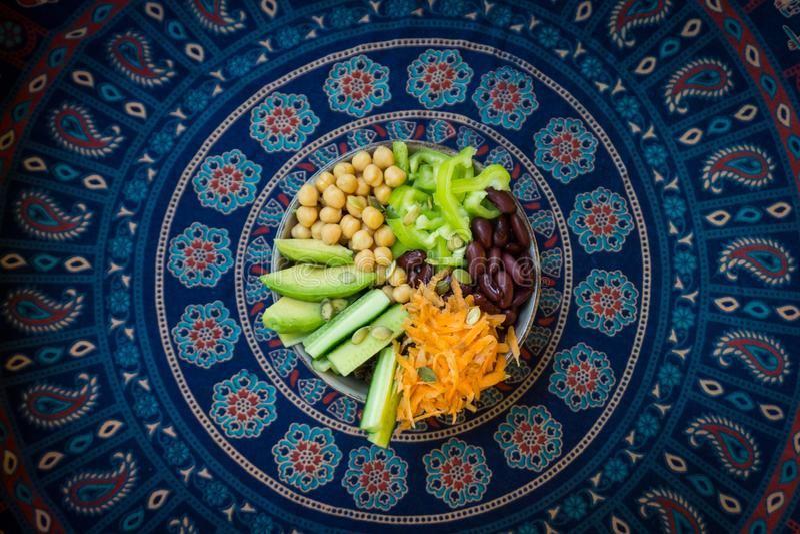 De vegetarische kom van Boedha Rauwe groenten en bonen in een één kom stock afbeeldingen