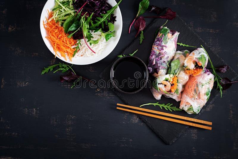 De vegetarische Vietnamese lente rolt met kruidige garnalen, garnalen, wortel, cucumberVegetarian Vietnamese de lentebroodjes met royalty-vrije stock foto