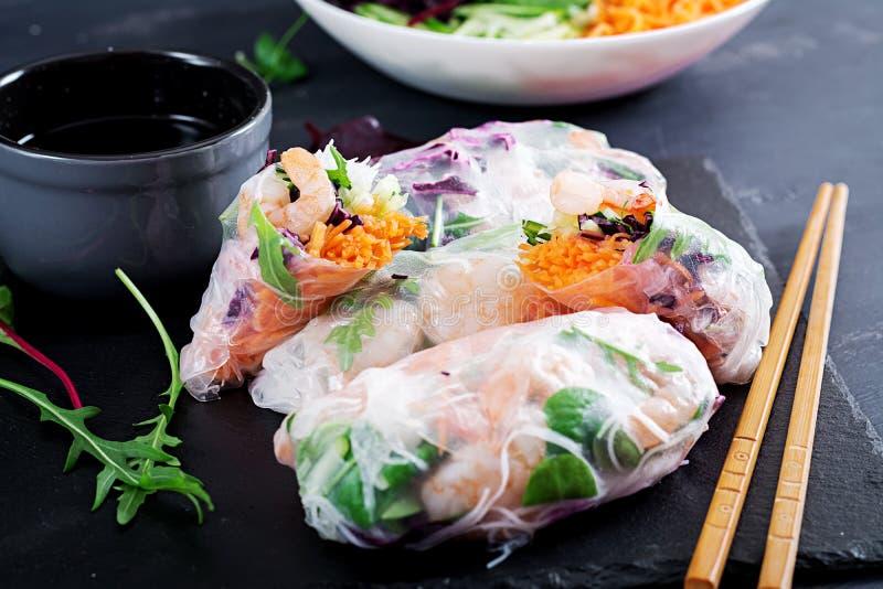 De vegetarische Vietnamese lente rolt met kruidige garnalen, garnalen, wortel, komkommer royalty-vrije stock afbeeldingen