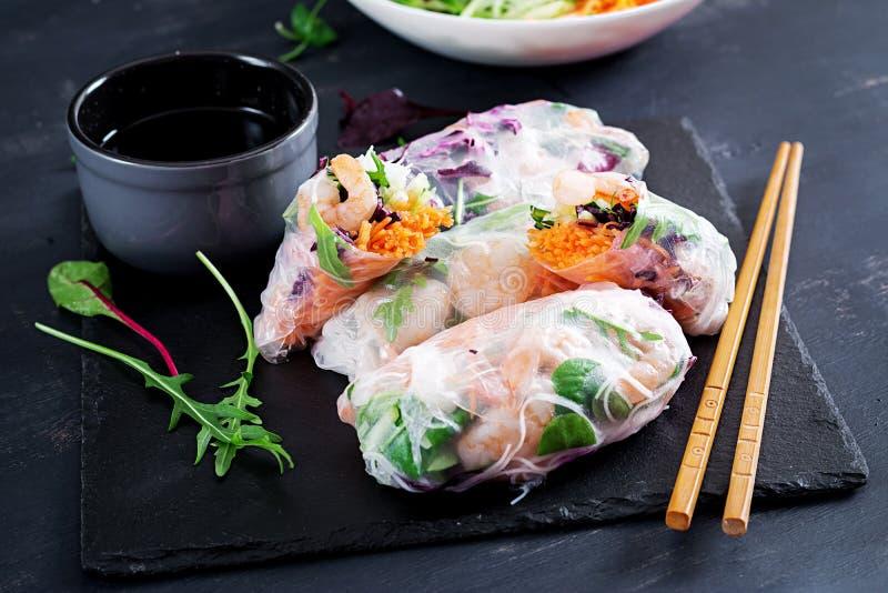 De vegetarische Vietnamese lente rolt met kruidige garnalen, garnalen, wortel, komkommer royalty-vrije stock foto's
