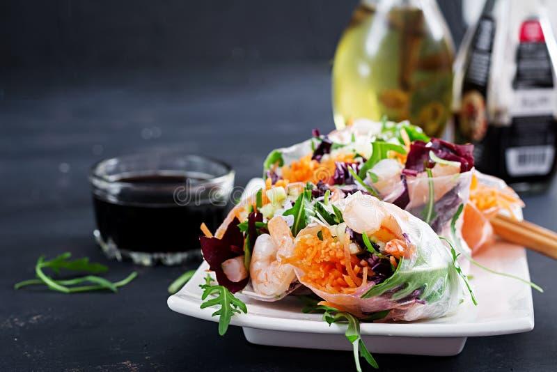 De vegetarische Vietnamese lente rolt met kruidige garnalen, garnalen, wortel, komkommer stock afbeelding