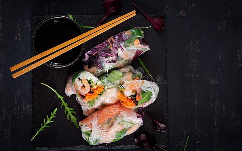 De vegetarische Vietnamese lente rolt met kruidige garnalen, garnalen, wortel, komkommer stock afbeeldingen