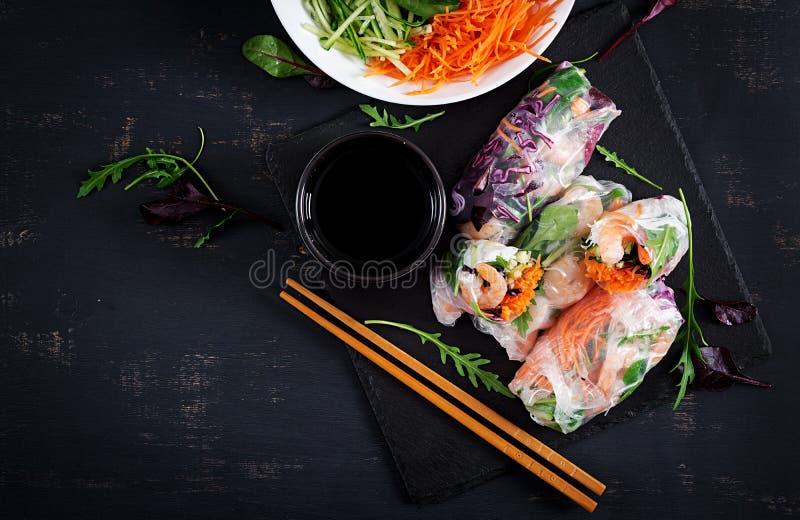 De vegetarische Vietnamese lente rolt met kruidige garnalen, garnalen, wortel, komkommer royalty-vrije stock afbeelding