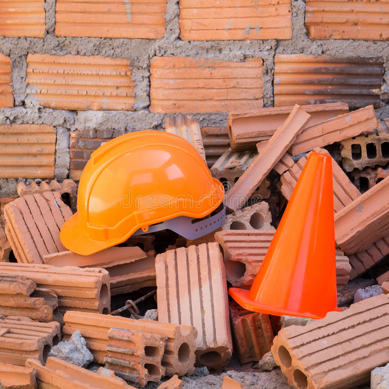 De veiligheid en de kegel van de bouwhelm in bouwwerf royalty-vrije stock foto