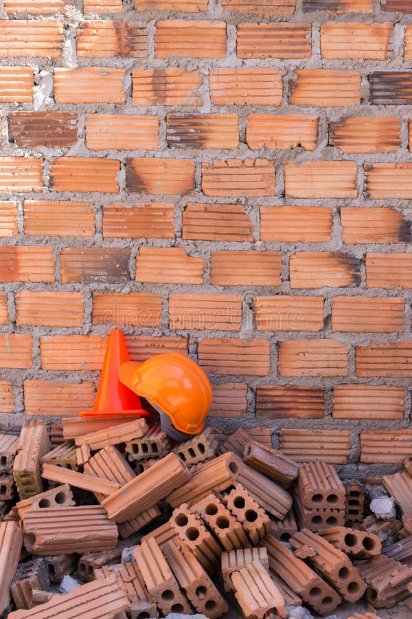 De veiligheid en de kegel van de bouwhelm in bouwwerf stock afbeeldingen