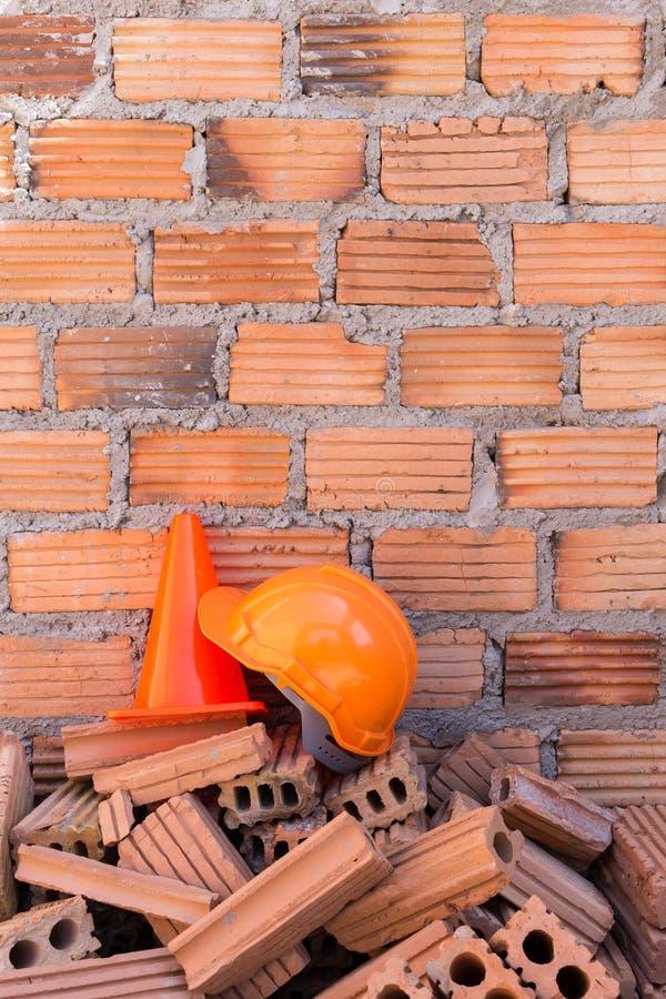 De veiligheid en de kegel van de bouwhelm in bouwwerf stock foto's